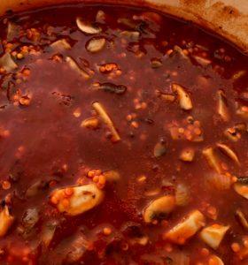 mushrooms lentils and passta in a pan