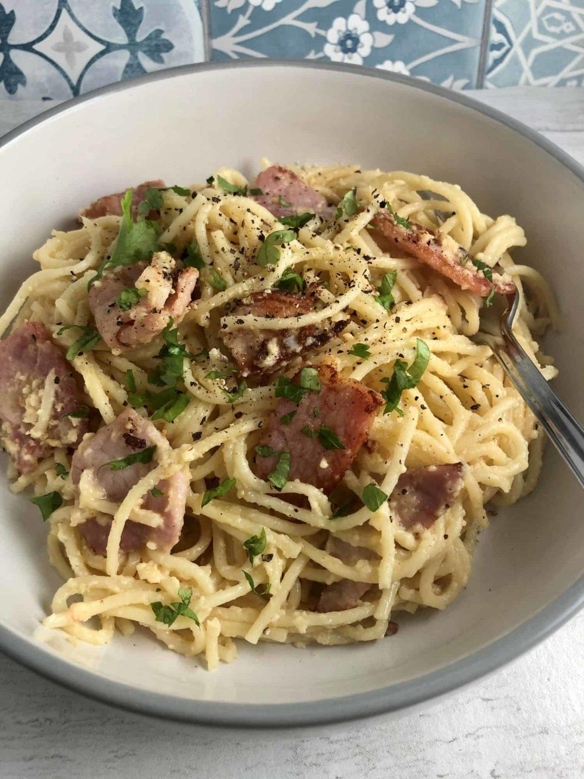 spaghetti carbonara in bowl